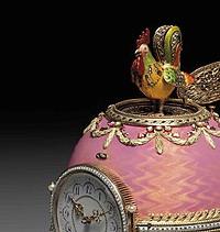 Внутри яйца спрятан механический петушок из самоцветов, фото М