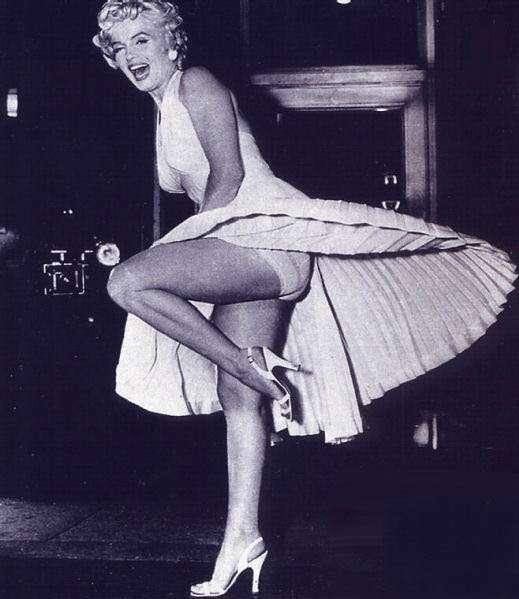 Среди других экспонатов на аукцион выставлено легендарное платье актрисы, в котором она так эротично придерживает разлетающийся по ветру подол.