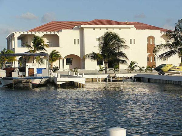 Курортный остров Caye Chapel в Карибском море выставлен на продажу