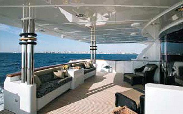 Роскошная яхта Северная Морская Магия Northern Marine's Magic стоит у причала во Флориде, США, в ожидании будущего владельца, фото: rjcyachts.com