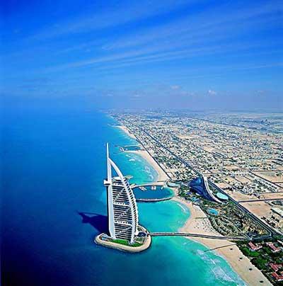 Бурж Аль Араб (Burj Al Arab) - 56-этажный отель, роскошный и не похожий ни на один отель в мире.