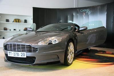 Компания Aston Martin, с недавнего времени перешедшая под крыло известного модного концерна Louis Vuitton, также объявила о выпуске новой серии наручных хронометров Jaeger LeCoultre AMVOX2, приобрести эти шикарные часы можно лишь при покупке нового автомобиля – купе DBS