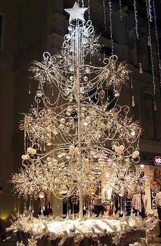 Новогодняя елочка, на украшение которой ушло 22 тысячи бриллиантов
