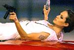 Анджелину Джоли засняли лежащей на дорогой машине