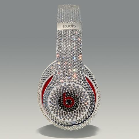 Модель наушников Beats Studio by Dr инкрустированная кристаллами Swarovski почти за $1000