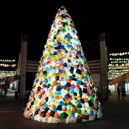 Рождественская елка из мусора