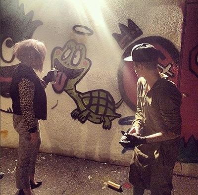 Джастин Бибер и Келли Осборн занимались ночным граффити