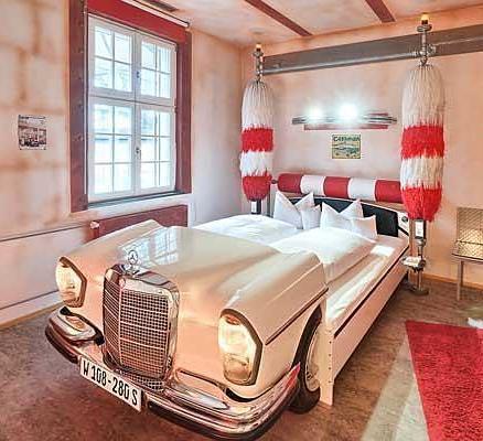 Немецкий отель из деталей машин понравится автолюбителям и оригиналам
