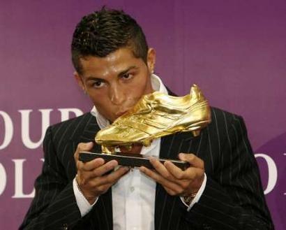 Nike отметили успехи футболиста Криштиану Роналду золотыми бутсами