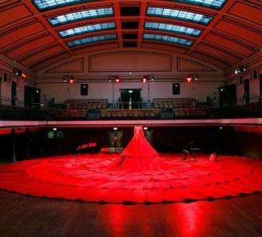 Платье-театр для певицы и 238 зрителей