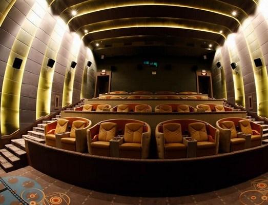 Роскошный кинотеатр Embassy Diplomat Screens: кино, отдых, напитки, закуски…