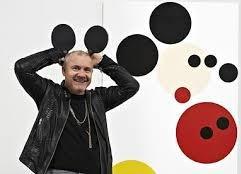 Самый успешный художник современности помогает детям вместе с Микки Маусом