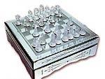 Шахматы из стекла видны только на специальной доске