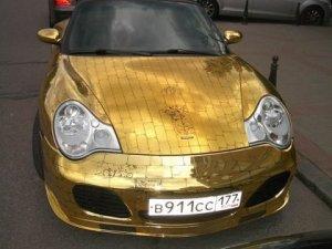 Золотой Porsche 911 колесит по Москве