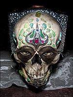 Инкрустированный драгоценными камнями череп становится… камерой?