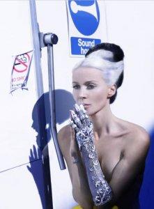 5 000 бриллиантов на потрясающей «ювелирной» перчатке Дафни Гиннес.