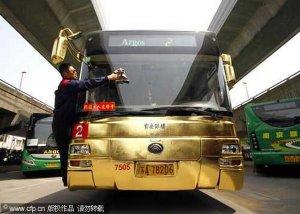 Арабские шейхи в шоке: китайские граждане ездят на золотом автобусе