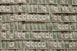 Арт-художник обклеил стены музея деньгами, потратив для этого $100 000