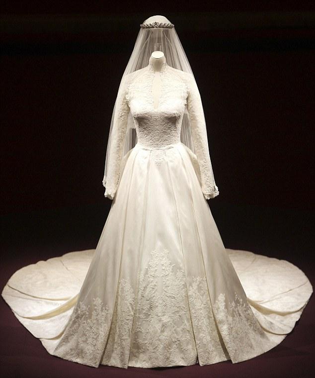 c6a70ea1d37 В Букингемском дворце выставлено для осмотра свадебное платье Кейт Миддлтон