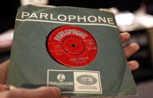 Почти за $15 000 продана пластинка «The Beatles» с автографами всех четырёх «битлов»