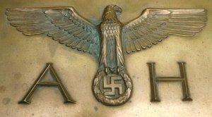 Исторический письменный набор «фюрера» продали всего лишь за $423 000