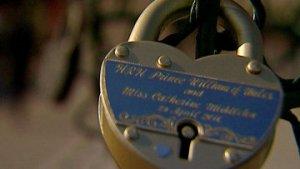 Брак принца Уильяма и Кейт Миддлтон «скрепили» в Москве на Лужковом мосту