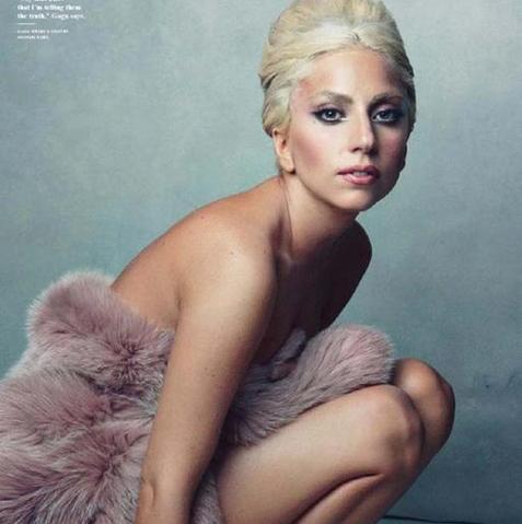 Стилист Леди Гага раздел её перед фотокамерой