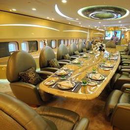 Саудовский принц стал владельцем самолета с гаражом и конюшни