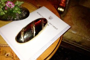 Украдено знаменитое ювелирное изделие под названием «Золотой батон», принадлежащий ранее президенту Януковичу