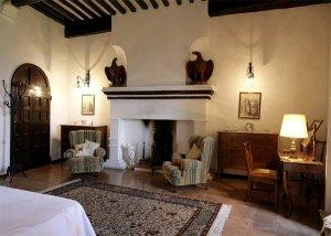 Почти за миллион евро продаётся старинный замок во Франции