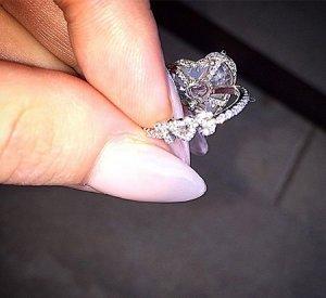 Леди Гага получила в подарок бриллиантовое обручальное кольцо с «секретом»