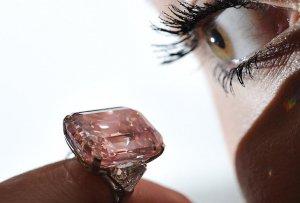 В Женеве уйдут с молотка розовый бриллиант и рубин