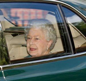 Королева Елизавета II нанесла первый визит новорожденной принцессе Шарлотте