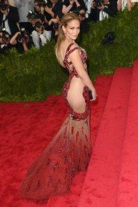 Дженнифер Лопес пополнила свой гарнитур очередной моделью «голого» платья