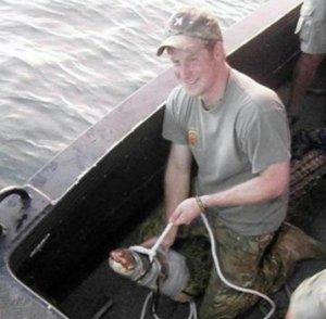 Принц Гарри поймал 3-метрового крокодила