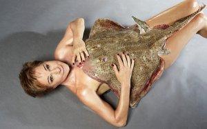 Престарелая кинозвезда из «бондианы» снялась в откровенной фотосессии чтобы привлечь внимание к защите животных