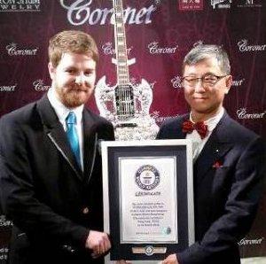 Ювелиры из ОАЭ создали самую дорогую в мире гитару