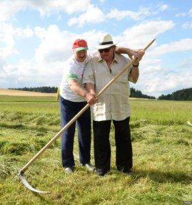Лукашенко научил Депардье косить траву