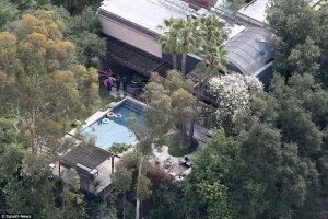 На вилле Деми Мур обнаружен утонувший в бассейне молодой мужчина