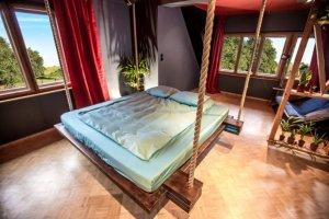 Подвесная дизайнерская кровать