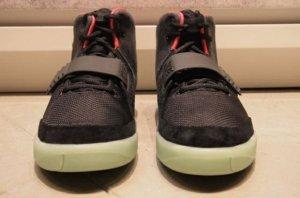 Пара кроссовок, созданные Канье Уэстом с брендом Nike, оценили в $75.000