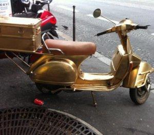 Золотому скутеру за $392.000 нужна широкая дорога