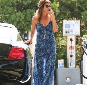 Фигура Синди Кроуфорд в полупрозрачном платье выглядит соблазнительно