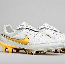 В честь Роналдиньо бренд Nike выпустил уникальную серию бутсов (видео)