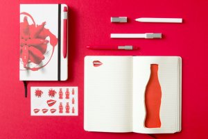 Серия аксессуаров к юбилею бутылки Coca-Cola от бренда Moleskine