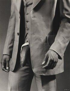 Скандальное фото «Мужчины в костюме из полиэстера» продано за $478 тысяч (18+)