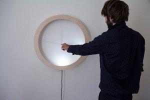 Австрийские часы фирмы Breaded Escalope показывают время при помощи тени