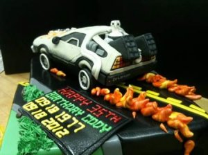 Клубничный торт в виде супер-автомобиля для фанатов «Назад в будущее»