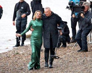 Кейт Мосс снялась по пояс в Темзе в вечернем платье