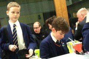 Принц Уильям приземлился на спортплощадке школы и не отказался от приглашения пообедать в школьной столовой